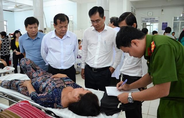 Chủ tịch UBND tỉnh Tây Ninh Phạm Văn Tân (thứ hai từ trái sang) thăm hỏi các nạn nhân đang cấp cứu tại bệnh viện đa khoa tỉnh Tây Ninh