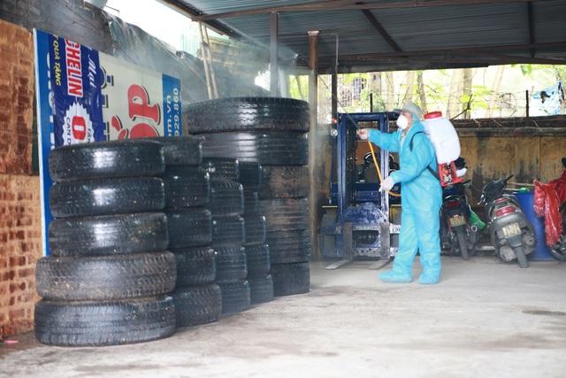 Những bãi lốp phế thải nếu không được dọn dẹp và phun thuốc diệt muỗi thì sẽ trở thành môi trường lý tưởng để mầm bệnh sốt xuất hiện sản sinh và phát triển nhanh chóng