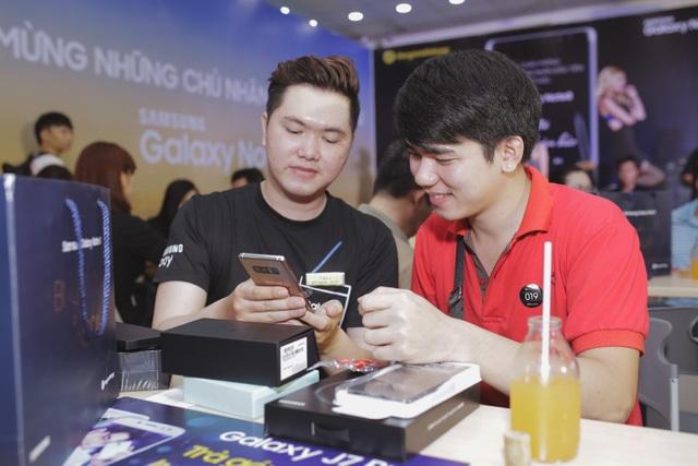 Anh Sầm Khánh Giai (áo đỏ) là một trong số hơn 86% người dùng toàn cầu cảm thấy yêu mến và hài lòng với những chiếc điện thoại Galaxy Note (theo thống kê mới nhất của Công ty Edelman Intelligence).