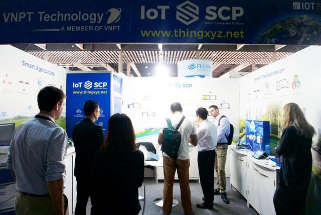 Gian trưng bày giải pháp của VNPT Technology thu hút nhiều sự chú ý của đối tác và khách mời quốc tế tại sự kiện