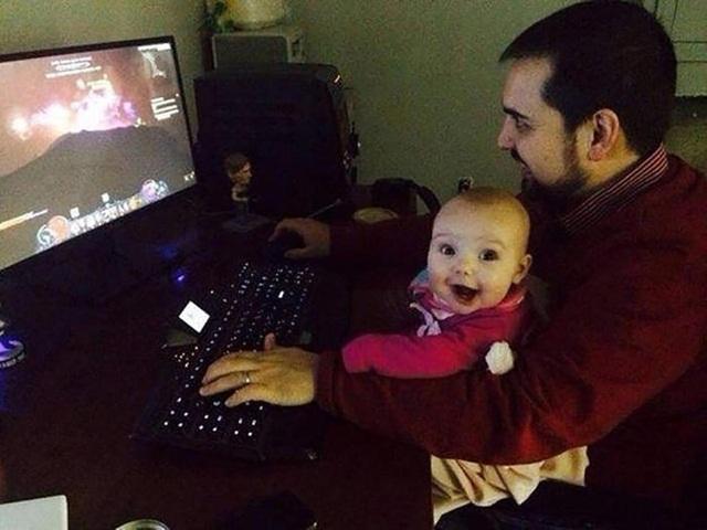 Lần đầu chơi trò chơi điện tử cùng cha, bé có vẻ cực kỳ phấn khích