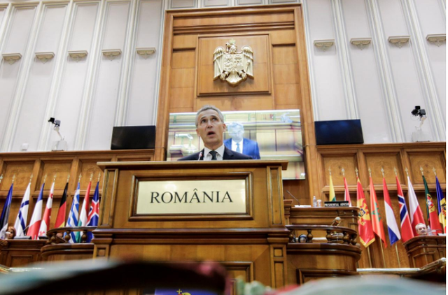 Tổng Thư ký NATO Jens Stoltenberg phát biểu tại kỳ họp quốc hội NATO lần thứ 63 ở Bucharest (Romiania) ngày 9-10. Ảnh: REUTERS