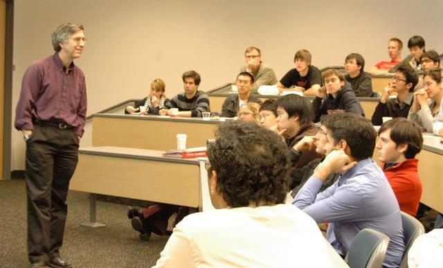 GS Mark Horowitz của ĐH Stanford trong một buổi nói chuyện với sinh viên.