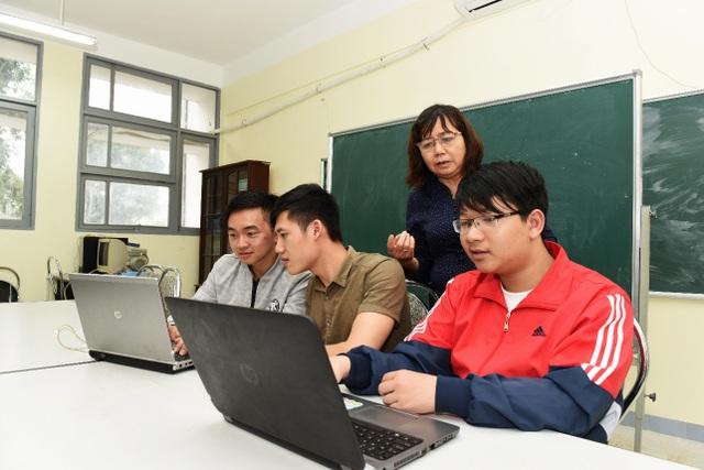 GS Phan Xuân Minh đang hướng dẫn sinh viên