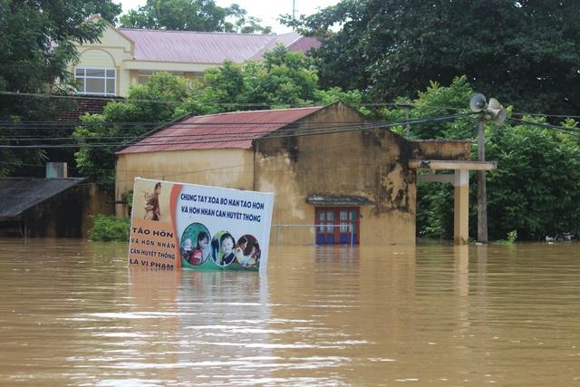 Sáng nay, nhiều nơi trên địa bàn huyện Thạch Thành vẫn ngập sâu trong nước