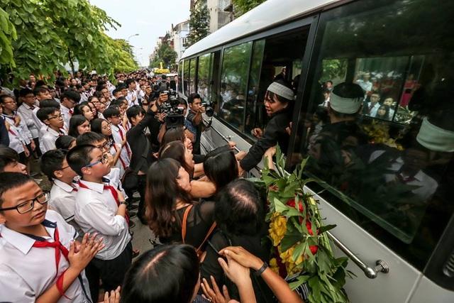 Giây phút học sinh và phụ huynh tiễn biệt thầy Văn Như Cương. Ảnh: Kim Sơn