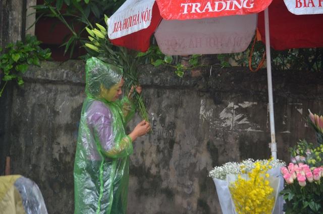 Một số chủ cửa hàng hoa cho biết, không dễ để thuê được shiper chuyển hoa và quà vào những ngày cận 20/10
