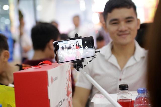 Khách hàng trải nghiệm Huawei nova 2i với 2 camera trước và màn hình tràn viền rực rỡ