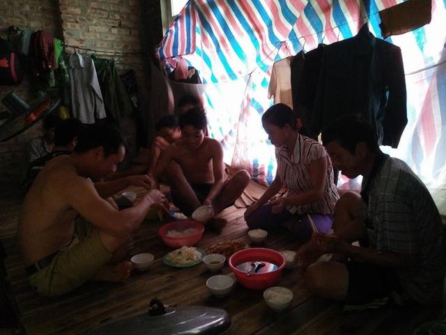 Bữa cơm trưa của công nhân trong căn biệt thự tại KĐT Văn Phú (Hà Đông, Hà Nội).