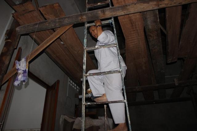 Ông Sang đưa vật dụng cần thiết lên cao vì sợ lũ sau bão