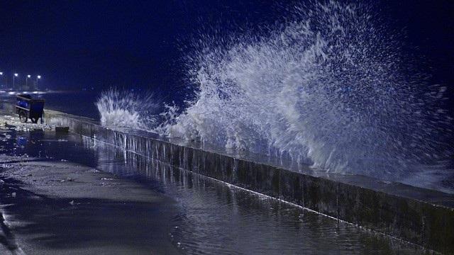 Sóng biển bắt đầu mạnh lên từ tối, hiện đã đánh tràn mặt kè đường ven biển