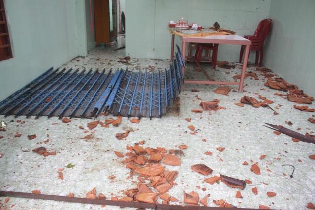 Lốc xoáy kéo sập cả cánh cửa sắt nặng