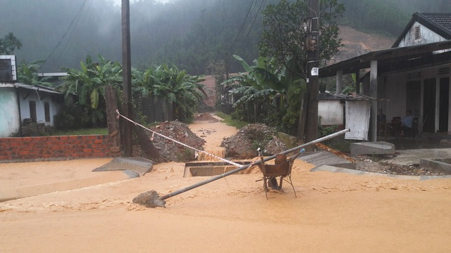 Nước tràn qua các hệ thống thoát nước đang thi công dang dở rất nguy hiểm