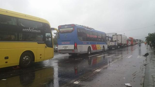 Xe tắc đường kéo hàng dài mấy cây số ở Phú Lộc