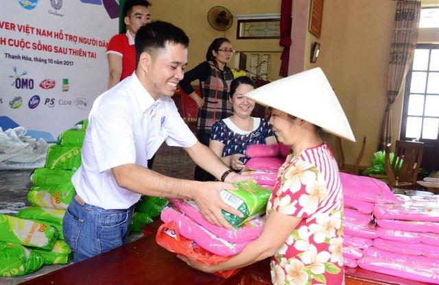 Những phần quà ý nghĩa, thiết thực được trao tận tay cho người dân Thanh Hóa