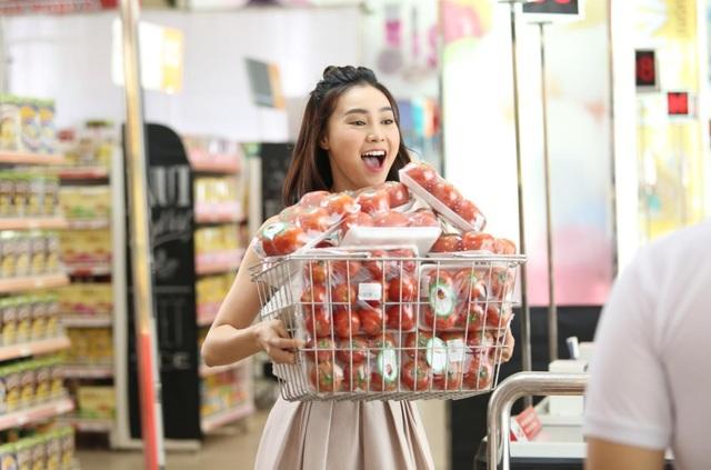 """""""Cô Ba Sài Gòn"""" không ngần ngại tiết lộ với fan tuyệt chiêu để giải quyết nhanh gọn núi trái cây trong quầy siêu thị như cô nàng khi thanh toán tiện lợi và an toàn bằng điện thoại."""