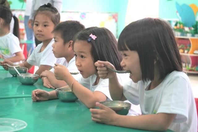 Mỗi ngày một lần, giáo viên sẽ trộn gói đa vi chất Nutrilite Little bits vào đồ ăn của các bé để bổ sung dinh dưỡng thiếu hụt.