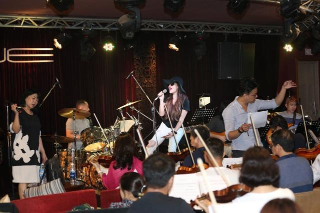 Được phát triển bởi thương hiệu bất động sản cao cấp Masteri và đồng hành sản xuất cùng công ty giải trí Viet Vision, chương trình âm nhạc The Master of Symphony đã được tổ chức thành công và thu hút đông đảo khán giả trong và ngoài nước trong suốt 3 năm qua. Chính vì vậy, các ca sĩ tham gia cũng đã gấp rút tập luyện cùng ban nhạc để mang đến những tiết mục độc đáo và hấp dẫn nhất trong chương trình The Master of Symphony năm nay.