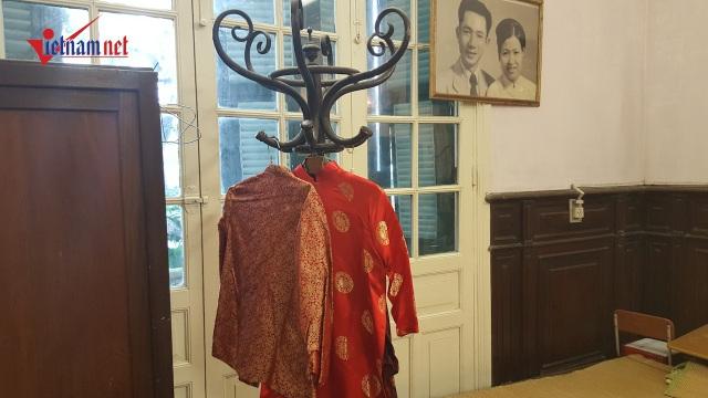 Quần áo của cụ Hoàng Thị Minh Hồ treo ngay ngắn trên giá. Ảnh: Diệu Bình