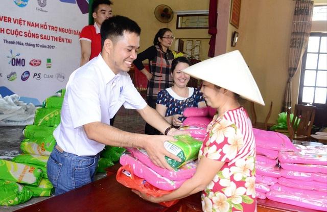 Đại diện Unilever trao tặng những phần quà ý nghĩa cho người dân
