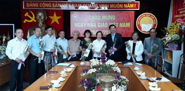 GS.TS. Nguyễn Thị Doan - Chủ tịch Hội Khuyến học Việt Nam tặng hoa tri ân các cựu giáo viên.