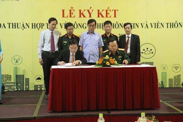 Phó Chủ tịch UBND tỉnh Quảng Trị - ông Mai Thức và Phó Tổng giám đốc Tập đoàn Viettel - Thiếu tướng Hoàng Công Vĩnh ký thỏa thận về đẩy mạnh ứng dụng CNTT