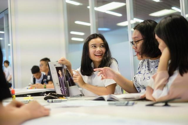Khuyến khích con sử dụng tiếng Anh trong các hoạt động cùng bạn bè.