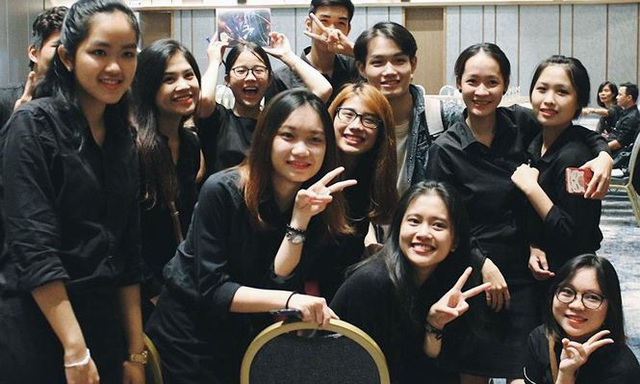 Khanh Hằng (thứ hai từ phải sang, hàng đầu tiên) cùng các thành viên trong đội tình nguyện