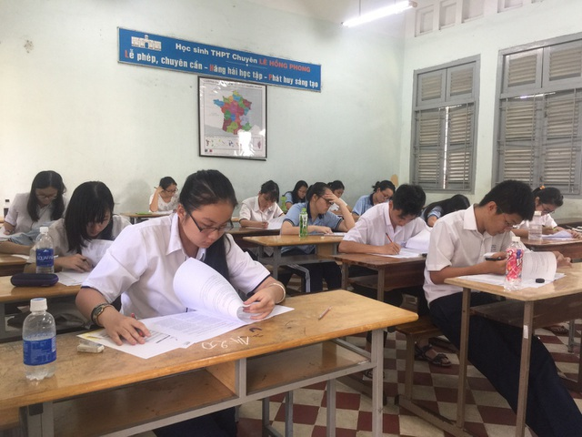 Học sinh trường THPT Chuyên Lê Hồng Phong chăm chú làm bài thi.