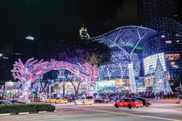 Trong mùa Giáng Sinh 2017 và cận kề Năm mới 2018, Singapore khoác lên mình những chiếc áo lộng lẫy được kết tinh từ hàng ngàn bóng đèn sắc màu lấp lánh.