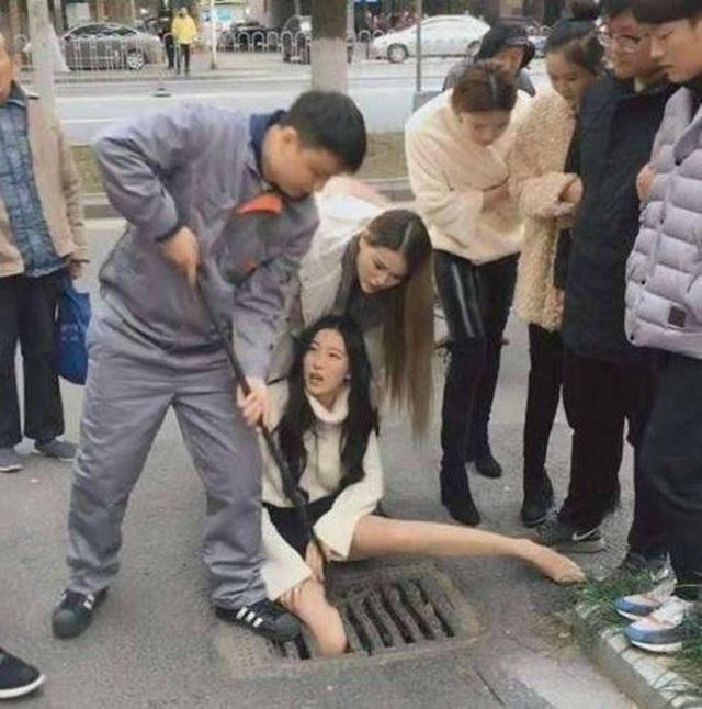 Không ai có thể ngờ được cô gái sẽ kẹt chân vào khe nắp cống nhỏ hẹp