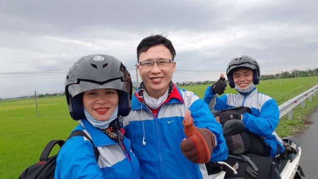 Anh Thanh Thịnh (giữa) cùng chị Thanh Huyền và anh Tuấn Kiệt trong chuyến du lịch không tiền mặt của mình.