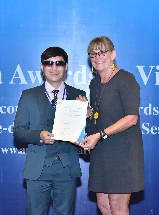 Bà Karen Lanyon Tổng Lãnh Sự Úc tại HCM trao học bổng cho học viên khiếm thị Huỳnh Hữu Cảnh