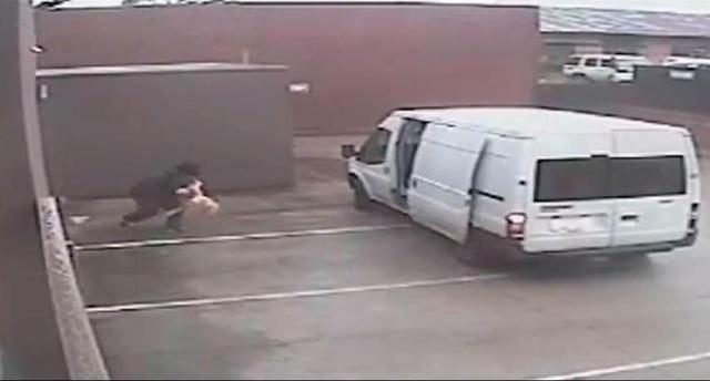 Tên trộm ôm búp bê tình dục từ cửa hàng ra xe ô tô