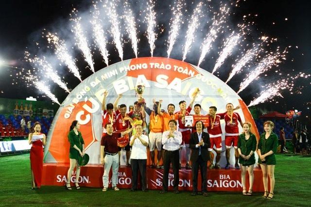 BTC giải trao cúp và giải 40 triệu đồng cho Đội Quahaco Fc đoạt Cúp Vô Địch khu vực Bình Định.