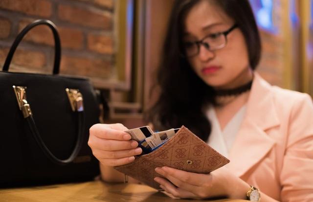 Rất nhiều người dùng Việt không xóa hoặc che mờ số CVV đằng sau thẻ tín dụng, đây là dãy số rất quan trọng khi thanh toán và dễ dàng bị hack tài khoản.