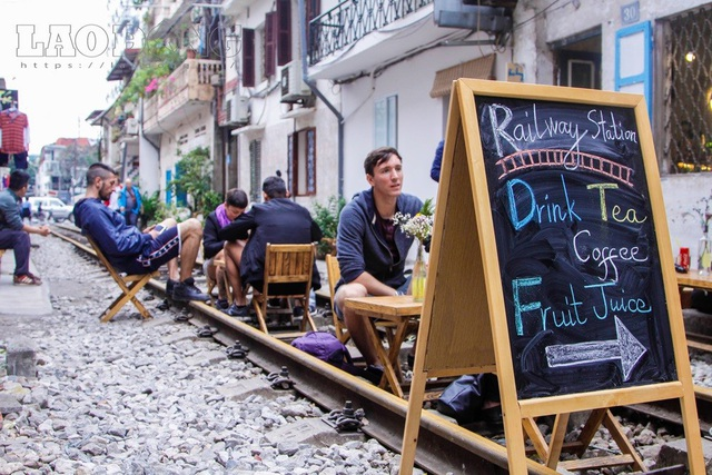 Thực khách gọi vui đây là phố cà phê đường tàu.