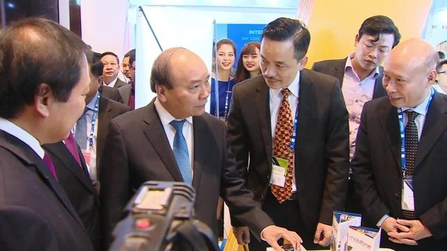 Thủ tướng Nguyễn Xuân Phúc thăm gian triển lãm của MobiFone tại Hội thảo Smart Industry World 2017