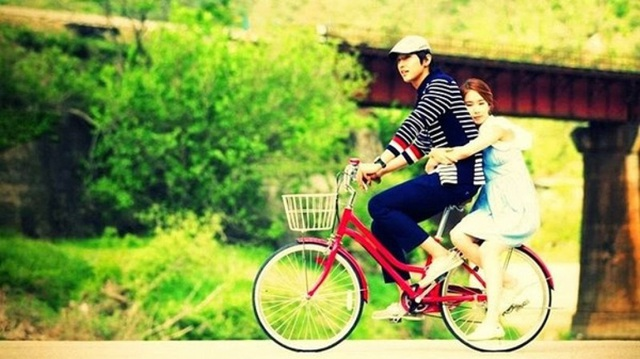 Chỉ cần 30 phút cùng nhau đi bộ mỗi ngày hoặc cùng nhau đạp xe cũng giúp cho cảm xúc của cả hai thêm thú vị. Ảnh minh họa: Internet
