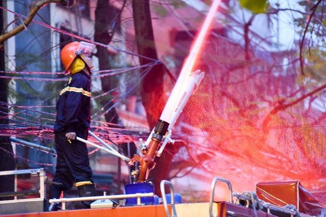 Lực lượng PCCC nhanh chóng có mặt để dập lửa.