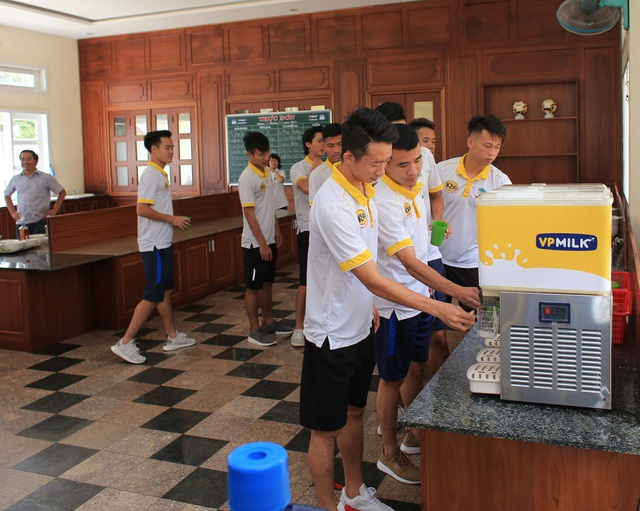 """Phút giây """"bận rộn"""" tại khu vực uống sữa IQLac Pro của các học viên Học viện bóng đá HAGL - JMG"""