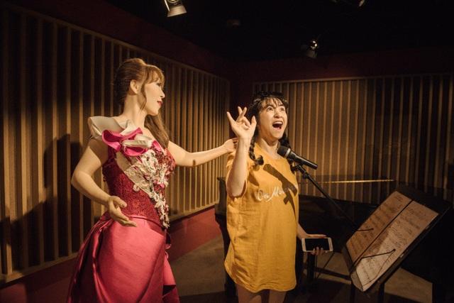 """Hòa Minzy """"hát cùng thần tượng"""" tại bảo tàng Grevin Seoul"""