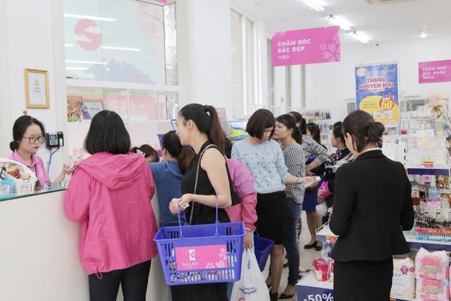 Người tiêu dùng Việt tấp nập lựa chọn các mặt hàng Nhật nội địa