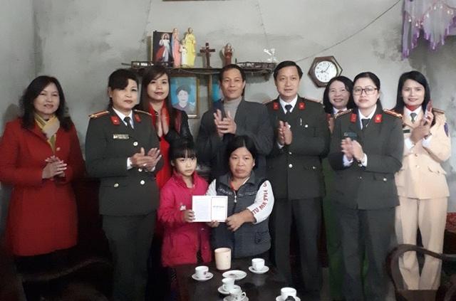 Ban Khuyến học Công an tỉnh Phú Thọ đã tổ chức trao sổ tiết kiệm, nhận đỡ đầu cho 2 cháu cháu Dương Thị Phượng và Lê Văn Nhất ở xã Tiên Phú, xã Bình Bộ, huyện Phù Ninh.