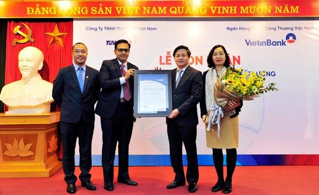 Đại diện TUV NORD trao chứng nhận ISO 9001:2015 cho VietinBank