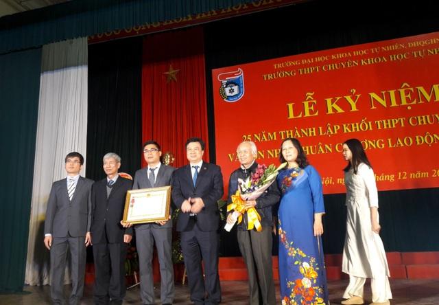 Đại diện lãnh đạo Bộ Giáo dục – Đào tạo và Nhà trường nhận huân chương lao động hạng Nhì.