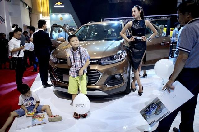 Người tiêu dùng trông đợi giá xe còn giảm nữa (ảnh: Lê Anh Dũng)