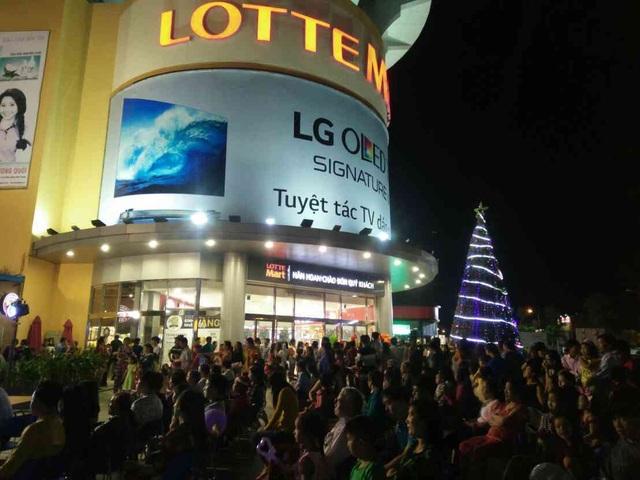 Đông đảo khán giả tham dự Đêm nhạc Vui Giáng sinh - Đón năm mới 2018 tại LOTTE Mart