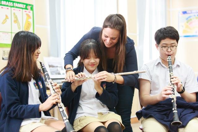 Lộ trình học thuộc chương trình ABRSM được chia thành nhiều cấp độ khác nhau từ 1 đến 8 (Grade 1-8). Việc chia cấp độ nhằm mục tiêu giúp học sinh có được nền tảng kiến thức âm nhạc từ cơ bản đến chuyên sâu, từ giai đoạn làm quen đến nâng cao. Khi tham gia kì thi ABRSM, học sinh sẽ phải thi cả phần lý thuyết và thực hành. Việc đạt được chứng chỉ tại kì thi ARBSM được xem như một cột mốc quan trọng đánh dấu thành công sau quá trình luyện tập miệt mài cũng như công nhận tài năng âm nhạc của các em. Cùng với chứng chỉ này, học sinh thuộc khóa học cũng sẽ nhận được một bảng điểm với những đánh giá chi tiết đến từ các chuyên gia, nhạc sĩ và nghệ sĩ nổi tiếng trong giới âm nhạc, từ đó giúp các em phát triển lòng tự hào và sự tự tin đối với kĩ năng âm nhạc của bản thân cũng như đạt được nhiều tiến bộ và thành tích đáng kể hơn nữa.