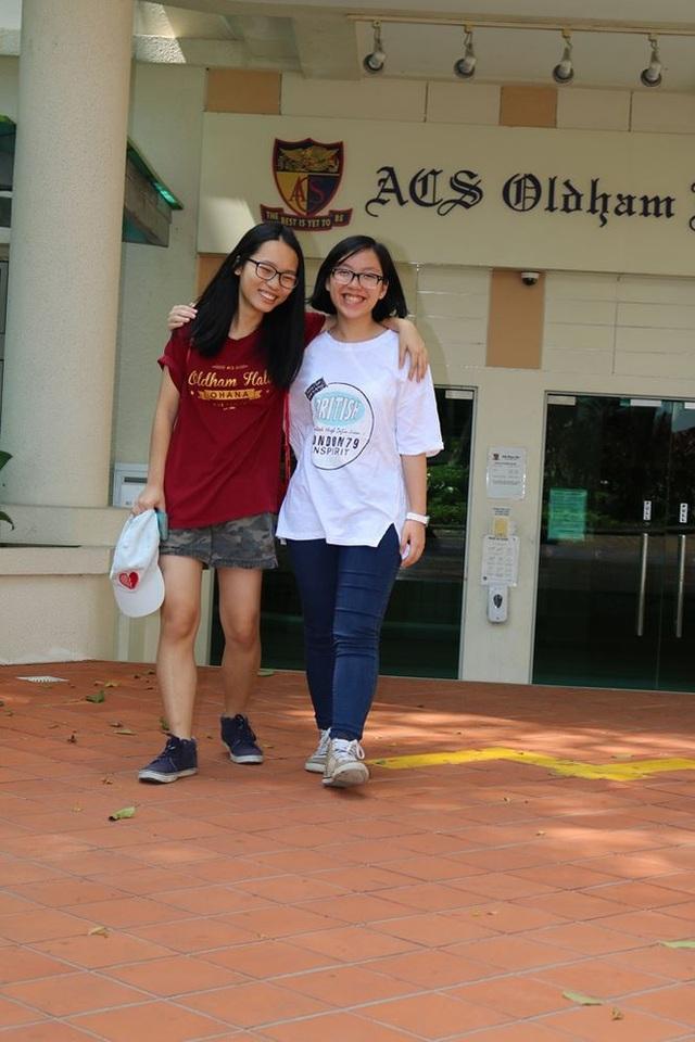 Khánh Ngọc và Minh An (phải), hai nữ sinh Việt Nam đang theo học tại SCGS diện học bổng A*Star.